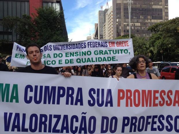 Professores levaram faixas de protesto (Foto: Ana Carolina Moreno/G1)