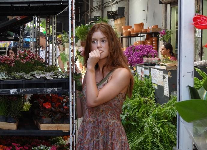 Eliza procura por Arthur no mercado de flores (Foto: Gshow)