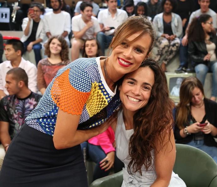 Mariana Ximenes e a amiga Alice Braga, no palco do 'Altas Horas' (Foto: Carol Caminha/Gshow)