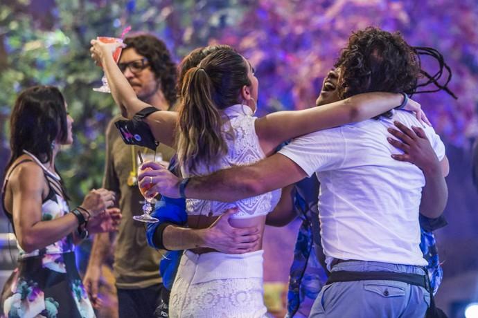 Momento de alegria entre Vivian, Roberta e Rômulo (Foto: Artur Meninea/Gshow)