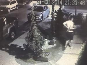 Suposta vítima de Cadu pediu ajuda após ser baleada em Goiânia, Goiás (Foto: Reprodução/ Câmera de segurança)