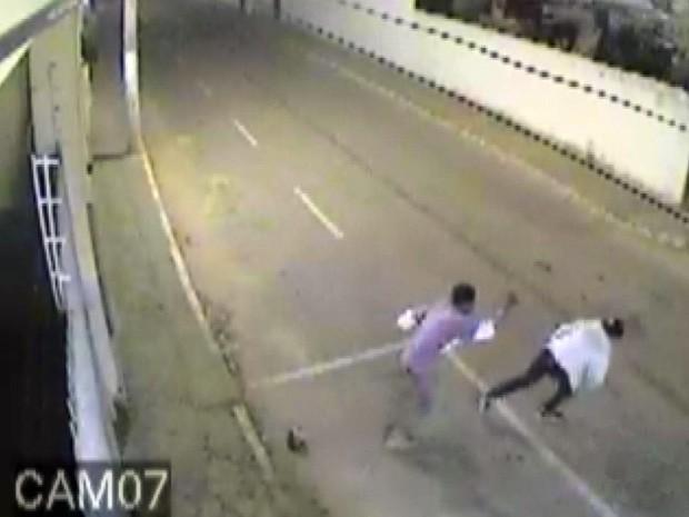 Câmeras registraram momento em que jovem é esfaqueada por padrasto em Três Pontas (Foto: Reprodução EPTV)