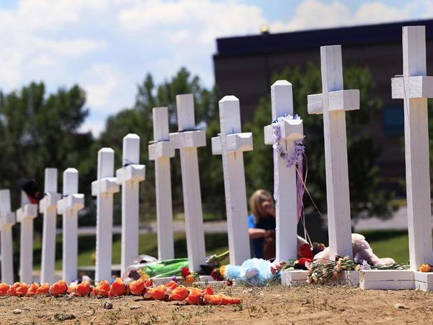 Foto do memorial em Aurora, Colorado, nos EUA, em homenagem às 12  vítimas do tiroteio desta sexta (20) em sessão do filme 'Batman', pelo qual já foi preso o estudante de medicina James Holmes (Foto: Reuters/Shannon Stapleton)