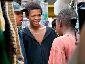 """Rafael Santos (de boné) participou do filme """"Trampolim do Forte"""" no papel de Caga Seco (Foto: Divulgação filme)"""