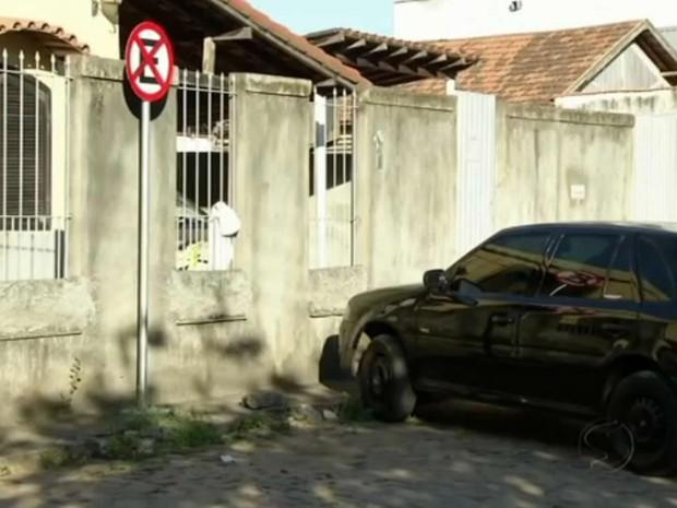 Carro estacionado em local irregular, em Três Rios, RJ (Foto: Reprodução/TV Rio Sul)