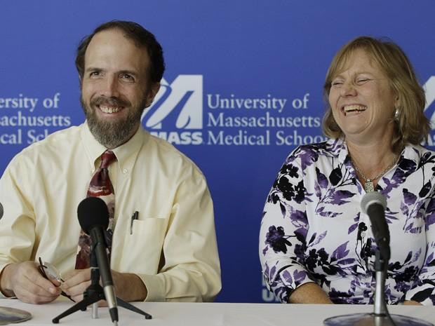 Médico americano Rick Sacara, que contraiu ebola na Libéria, e sua mulher, Debbie, em coletiva de imprensa nesta sexta-feira (26) (Foto: AP Photo/Stephan Savoia)