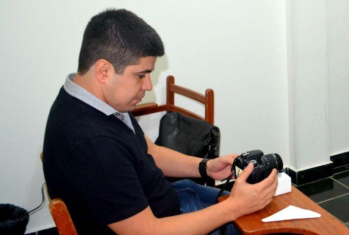 Durante a seletiva, Renatinho gravou a entrevista para que a produção avalie o desempenho dos acreanos (Foto: Hellen Monteiro/ Rede Amazônica)