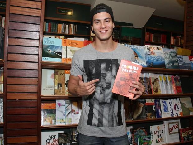 Arthur Aguiar em lançamento de livro na Zona Sul do Rio (Foto: Thyago Andrade/ Foto Rio News)