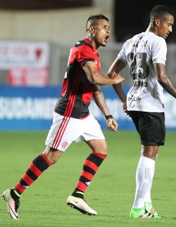 Everton chuta para marcar o primeiro gol do Flamengo contra o Figueirense (Foto: Gilvan de Souza/Flamengo)