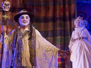 Ator Eduardo Moreira interpreta o mago Cotrone (Foto: Guto Muniz / Divulgação)