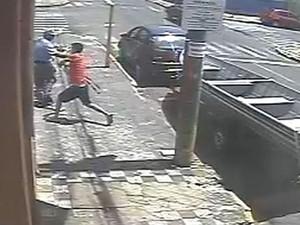 Câmeras registraram agressão (Foto: Reprodução / TV TEM)