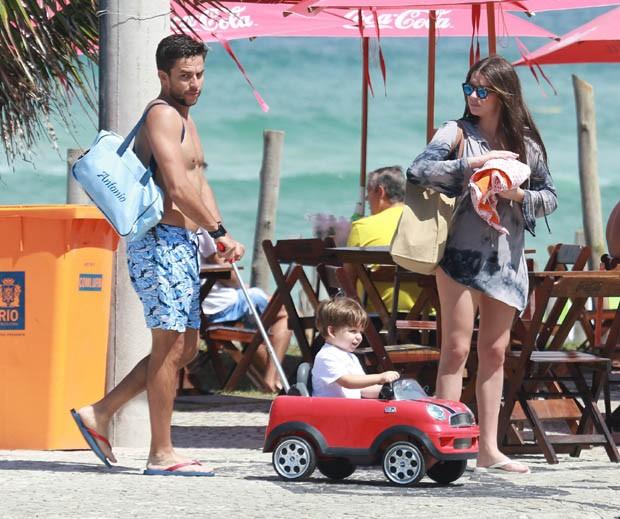 Luma Costa com marido e filho (Foto: AgNews)