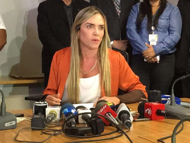 deputada Celina Leão (PPS) antes de dar entrevista nesta quinta-feira (17) sobre suposto esquema de desvio de verbas de emendas parlamentares para a Saúde do Distrito Federal (Foto: Gabriel Luiz/G1)