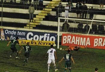 Schwenck perde pênalti na derrota do Guarani para o ASA, nesta sexta-feira (Foto: Click Arapiraca)