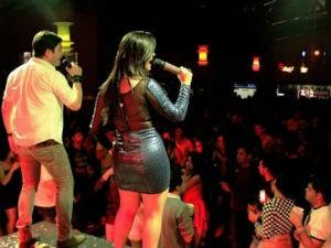 Kiko e Jeanne no palco, como os irmãos apaixonados do Brasil (Foto: Arquivo Pessoal / Kiko e Jeanne)
