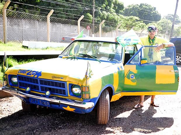 Sargento aposentado 'decorou' o carro já em clima de Copa (Foto: Pollyana Araújo/ G1)
