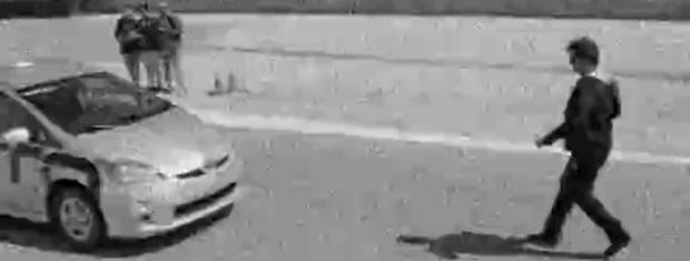 Carro autonomo quase atropela Jonas Marra (Foto: Fato na Rede)