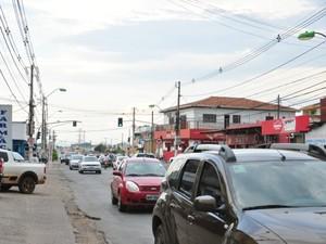 Avenida dos Trabalhadores, em Cuiabá: proximidade da Pastoral do Migrante e valores de aluguéis favoreceram concentração de estrangeiros na região. (Foto: André Souza/G1)
