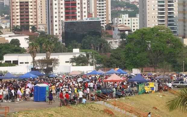 Troca de notas fiscais para jogo da Seleção Brasileira, em Goiânia (Foto: Mantovani Fernandes/O Popular)