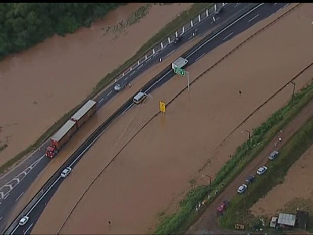 Rodovia Anhanguera ficou bloqueada por causa de alagamento (Foto: Reprodução/TV Globo)