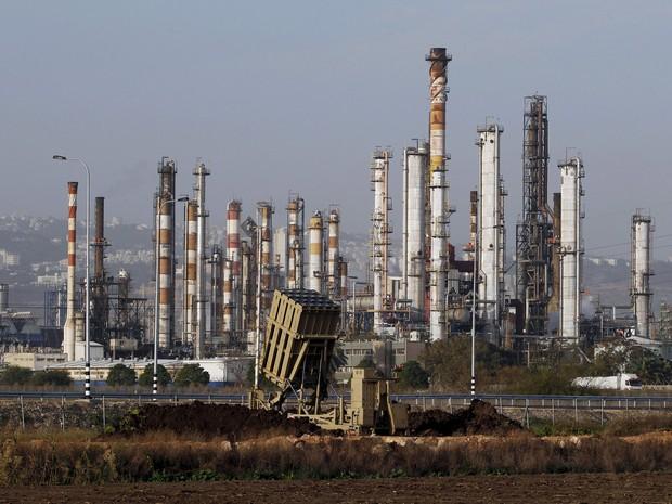 Refinaria de petróleo em Haifa, cidade de Israel que é considerada o principal polo econômico do país. Imagem de janeiro de 2013 (Foto: Baz Ratner/Reuters)