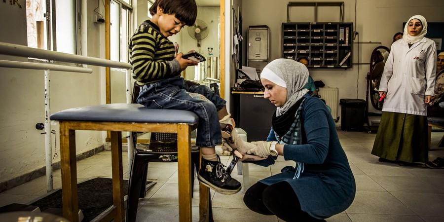 Em Amã, na Jordânia, criança síria recebe tratamento no hospital de reconstrução da Médicos Sem Fronteiras (MSF) (Foto: Juan Carlos Tomasi/Médicos Sem Fronteiras )