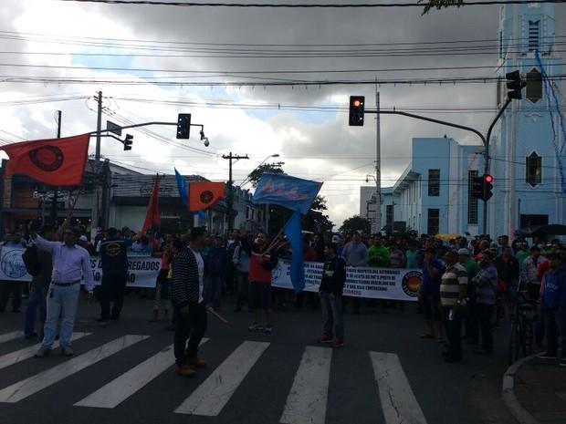 Manifestantes caminharam em direção à prefeitura (Foto: G1)