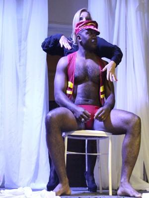 Passo a passo da coreografia sensual foi demonstrado ao público (Foto: Jéssica Balbino / G1)