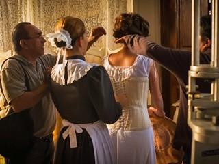 Atores acertam detalhes antes de rodar abertura (Foto: TV Globo)