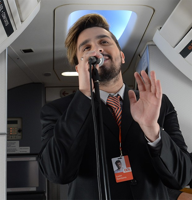 Pocket show de Luan Santana a bordo do Boeing 737-800  (Foto: Francisco Cepeda/AgNews)
