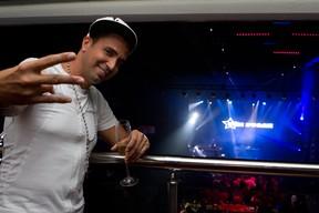 Latino no show do Fatboy Slim (Foto: Mila Maluhy/Divulgação)