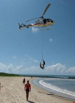 Helicóptero Potiguar 1, da Secretaria de Segurança Pública, foi utilizado em vários salvamentos ao longo da orla (Foto: Divulgação/Sesed)