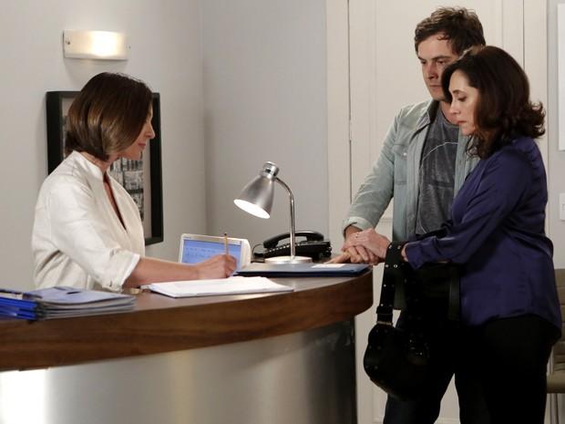 Caíque e a mãe assinam os papeis e ele dá a entrada em clínica psiquiátrica (Foto: Felipe Monteiro/ Gshow)