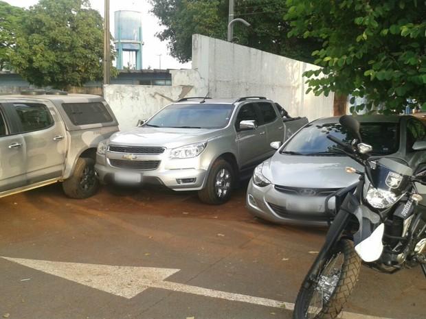 Veículos roubados em Campo Grande e recuperados na BR-060 (Foto: Osvaldo Nóbrega/TV Morena)