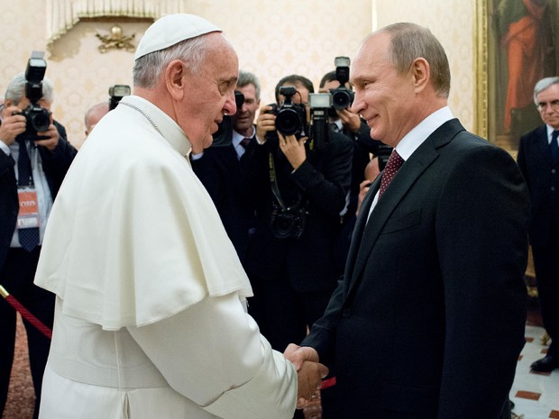 Foto divulgada pelo escritório de imprensa do Vaticano mostra o Papa Francisco em encontro com o presidente da Rússia, Vladimir Putin, durante uma audiência privada no Vaticano. (Foto: Osservatore Romano/AFP)