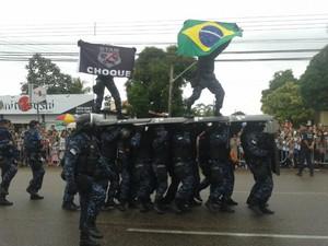 Equipe do Grupo Tático Municipal de Boa Vista se apresentou na avenida (Foto: Amanda Teixeira/G1)