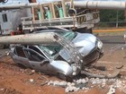 Jovem de 18 anos bate carro em poste e estrutura é arrancada em Franca, SP