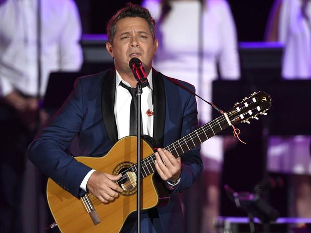 Alejandro Sanz canta 'Lady Laura', de Roberto Carlos, durante homenagem da Academia Latina de Gravação, entidade responsável pelo Grammy Latino, ao cantor brasileiro; show foi nesta quarta-feira (18) em Las Vegas (Foto: Chris Pizzello/Invision/AP)