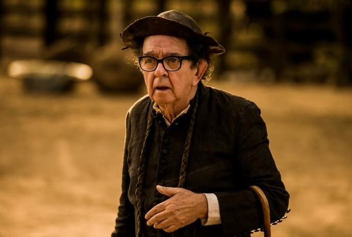 Umberto na pele do querido Padre Romão, conhecido em toda cidade (Foto: Globo/Caiuá Franco)