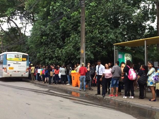 Filas nos pontos de ônibus próximas do Riocentro na tarde deste sábado (5)  (Foto: Fernanda Rouvenat/G1)