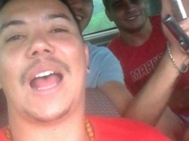 Presos ostentam com cervejas e armas após fuga da cadeia; veja vídeo em Goiás (Foto: Reprodução)