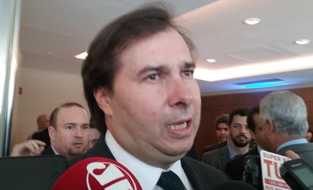 O presidente da Câmara, Rodrigo Maia, falou com a imprensa após participar de um evento em Brasília (Foto: Luciana Amaral/G1)
