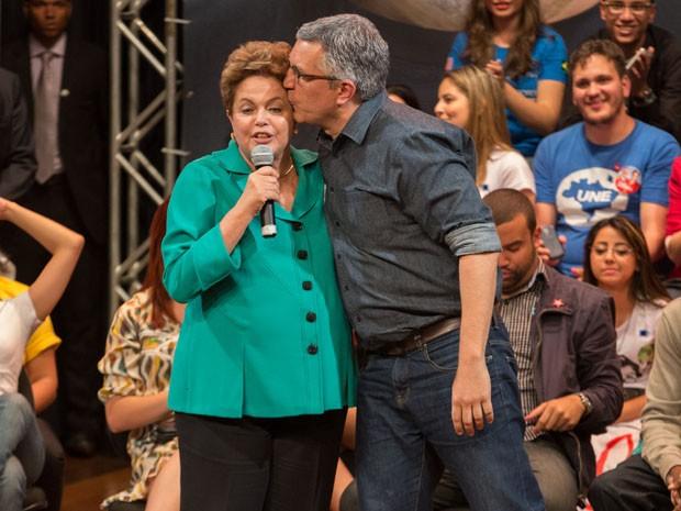 Padilha beija a presidente Dilma (Foto: Juliana Knobel/Frame/Estadão Conteúdo)
