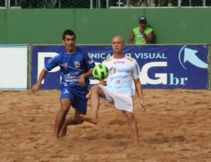 Sidney (Vila Velha) disputa bola com Diego (Colatina) Estadual de futebol de areia do Espírito Santo (Foto: Pauta Livre)