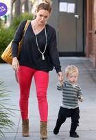Look do dia: dupla de estilo, Hilary Duff e o filhote arrasam em passeio