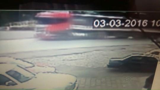 Motociclista é atingido por carreta em rodovia do Paraná; assista ao vídeo