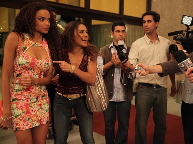 Lucimar faz denúncia contra Lívia no meio da imprensa (Foto: Salve Jorge/TV Globo)