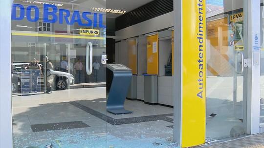 Quadrilhas explodem caixas de bancos e fazem refém no Sul de MG