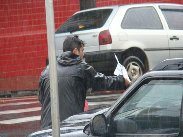 Pai do menino Joaquim entrega panfletos e busca informações sobre o paradeiro do filho (Foto: Analídia Ferri/G1)