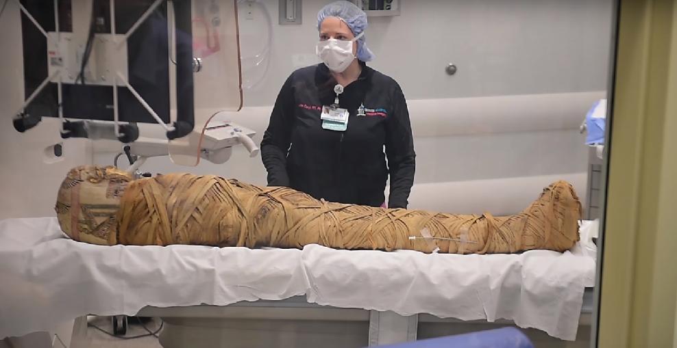 Análise feita com múmia egípcia  (Foto: YouTube/ Syracuse University)